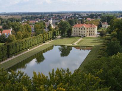 An der Stelle einer ehemaligen Wasserburg steht das barocke Palais Zabeltitz.