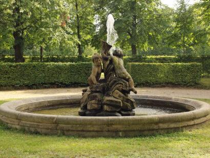 """Neben dem Parterre vor dem Palais Zabeltitz sprudelt der Brunnen der """"Riesenkinder""""."""