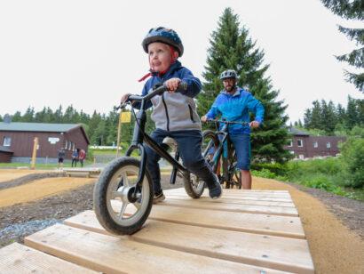 Auf dem neuen Bikespielplatz im Sportpark Rabenberg können schon die Jüngsten kleine Hindernisse bewältigen.