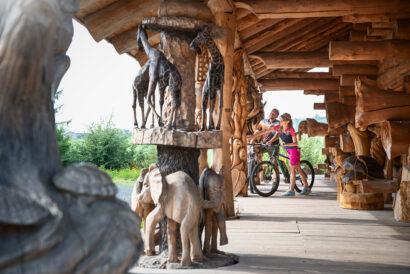Im Walderlebniszentrum Blockhausen gibt es noch mehr beeindruckende Holzskulpturen zu sehen.