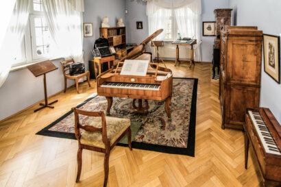 Das Geburtshaus Robert Schumanns widmet sich Leben und Schaffen des romantischen Komponisten und seiner Ehefrau, der Pianistin Clara Schumann.