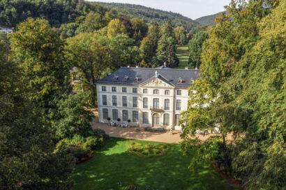 Inmitten des denkmalgeschützten Fürstlich Greizer Parks liegt das im 18. Jahrhundert errichtete Sommerpalais im Vogtland.