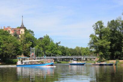 Während der Sommersaison starten die Muldeschiffe an der stählernen Hängebrücke zu Touren auf der Mulde in Grimma.