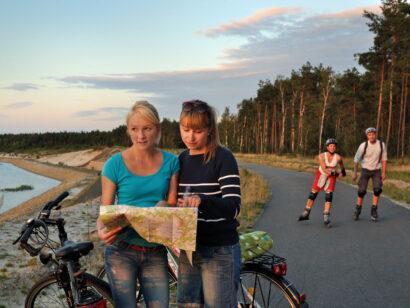 Die flachen, asphaltierten Wege im Lausitzer Seenland am Ufer der Seen sind ideal zum Radfahren und Skaten.