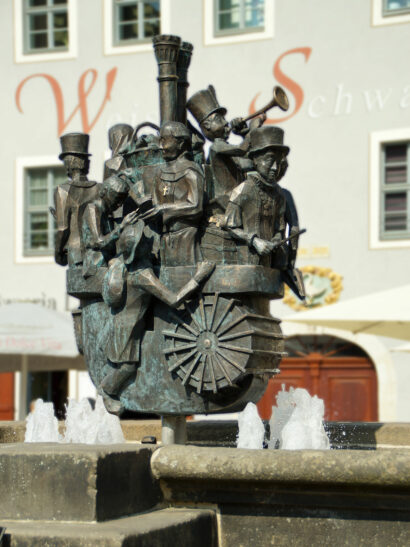 Alle Persönlichkeiten, die mit der Geschichte Pirnas zusammenhängen, sind in dieser Brunnenskulptur verewigt.