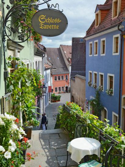 Gässchen mit Kopfsteinpflaster und liebevoll restaurierten Häusern prägen den Weg zum Meißner Burgberg.