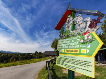 Der Panoramaweg führt vorbei an kleinen Ortschaften, weiten Wiesen, Feldern und Wäldern durch die Sächsische Schweiz.