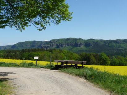 Am Rastplatz bei Mittelndorf sind die Felsen des Elbsandsteingebirges besonders gut zu sehen.