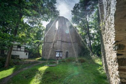 Die Kirchenruinen im Burgsteingebiet sind heute ein beliebtes Wanderziel.