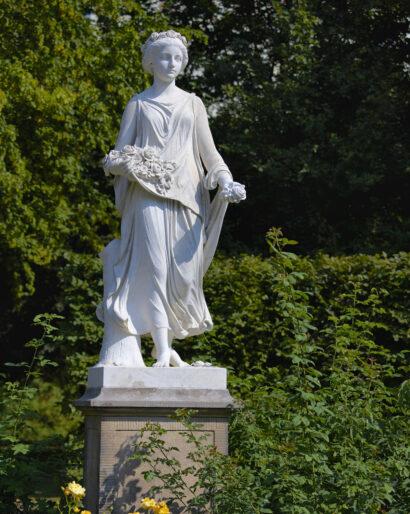 Die Skulptur der Flora im Schlosspark Weesenstein schuf 1861 der Bildhauer Wolf von Hoyer.